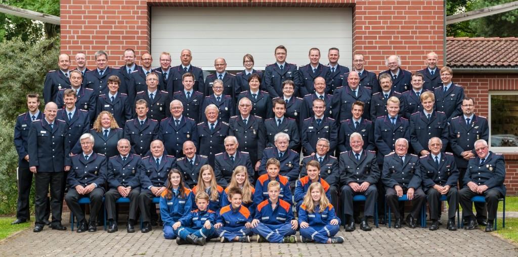 Die Jugendfeuerwehr, Alterskameraden und aktive Mitglieder der Ortsfeuerwehr Brelingen im Juli 2014