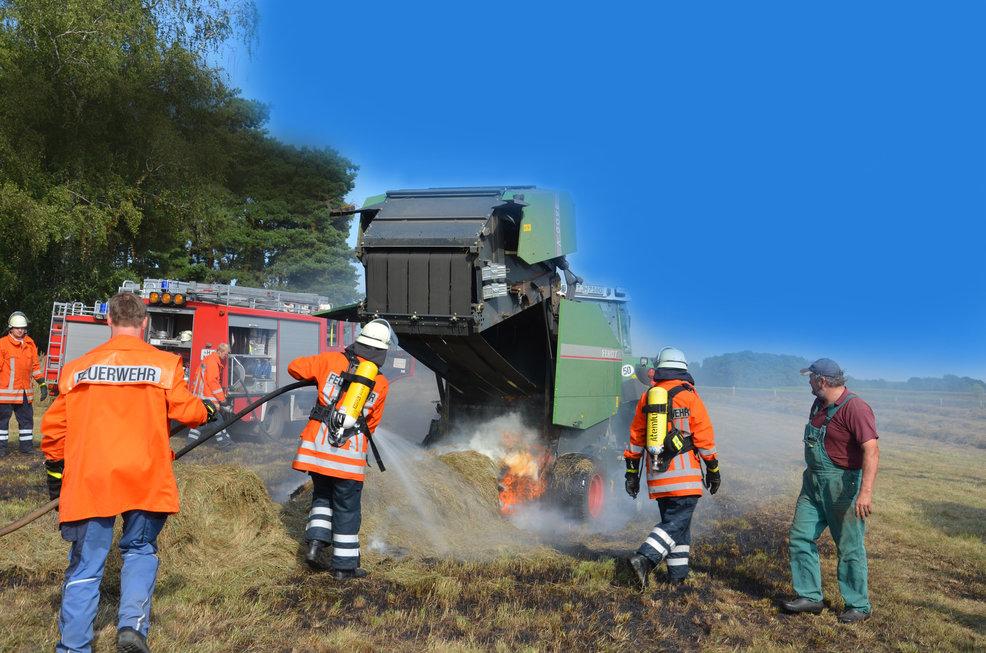 Brennende Rundballenpresse, 10.09.2012, Foto A. Wiese Wedemark Echo