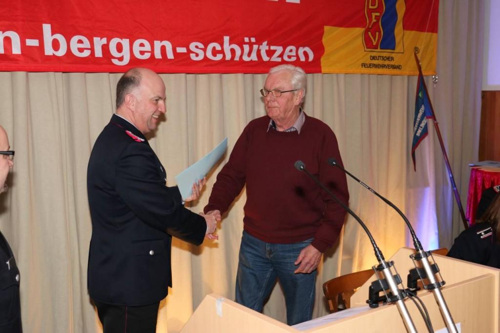 Das langjährige fördernde Mitglied Karl-Heinz Frommeier wird für 40-jährige Mitgliedschaft geehrt